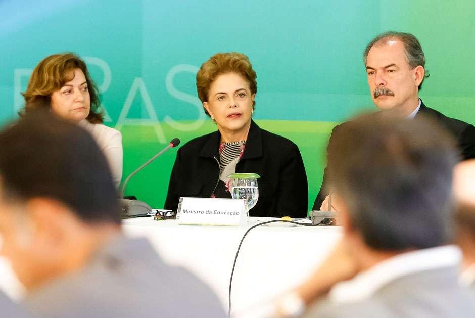 Em encontro com reitores, Dilma diz que não renuncia e desabafa sobre Lula