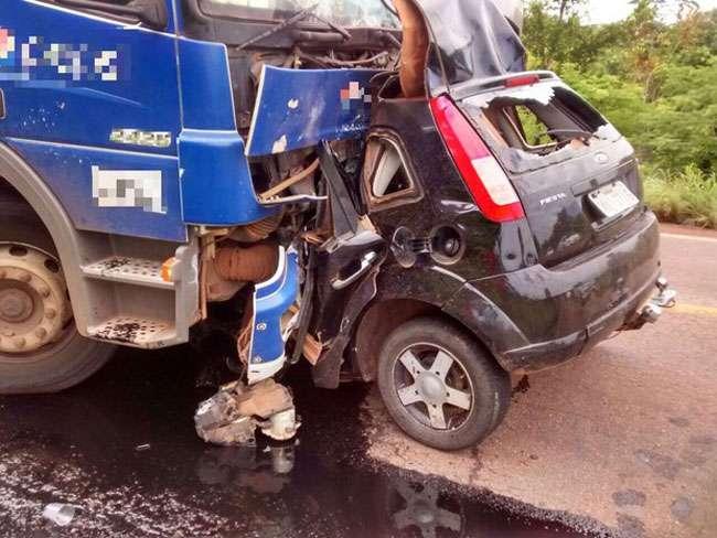 Jovem morre após carro bater de frente em caminhão, no Tocantins