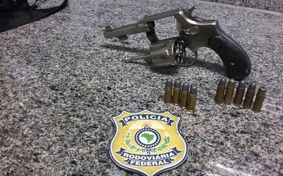 Motorista de ônibus interestadual é preso por porte ilegal de arma de fogo