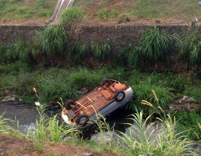 Três ficam feridos após carro cair em córrego da Marginal da Botafogo