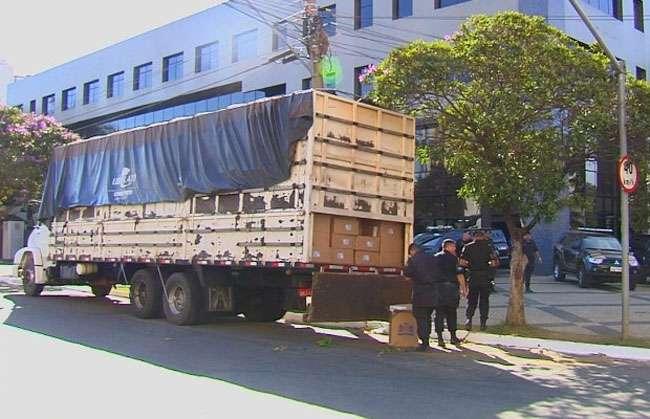 PM apreende caminhão carregado de cigarros contrabandeados em Goiânia