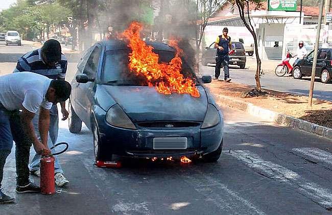 Carro pega fogo em avenida de Goiânia