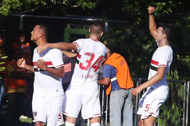 São Paulo vence, afunda Vitória e ainda sonha com título