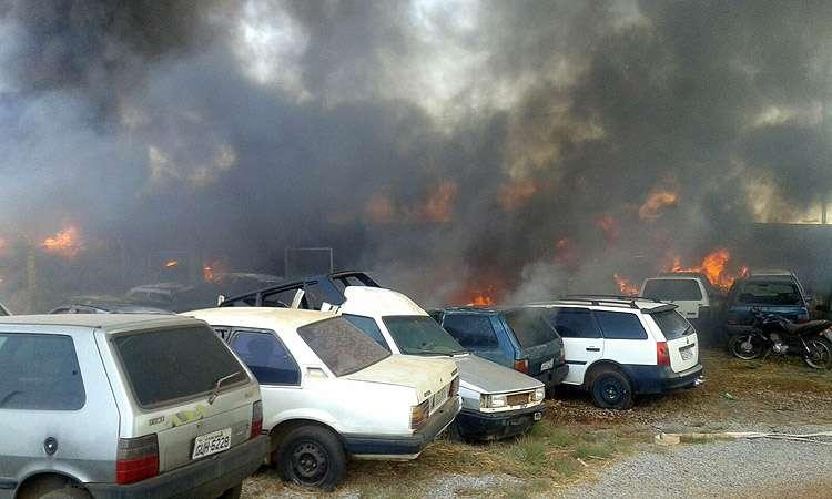 Incêndio destrói 50 carros apreendidos no pátio da delegacia de Planaltina de Goiás