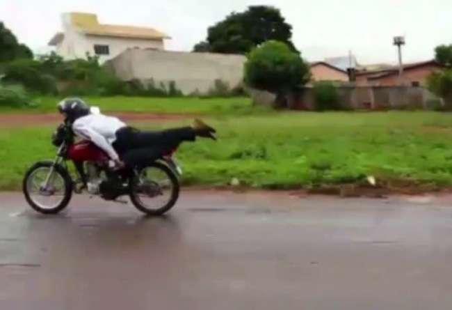 Motociclista pilota deitado e bate de frente com outra moto, em Trindade