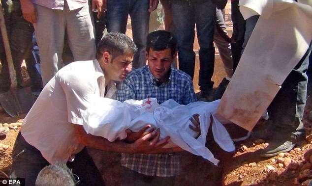 Pai da criança afogada em praia da Turquia chega à cidade natal para enterro