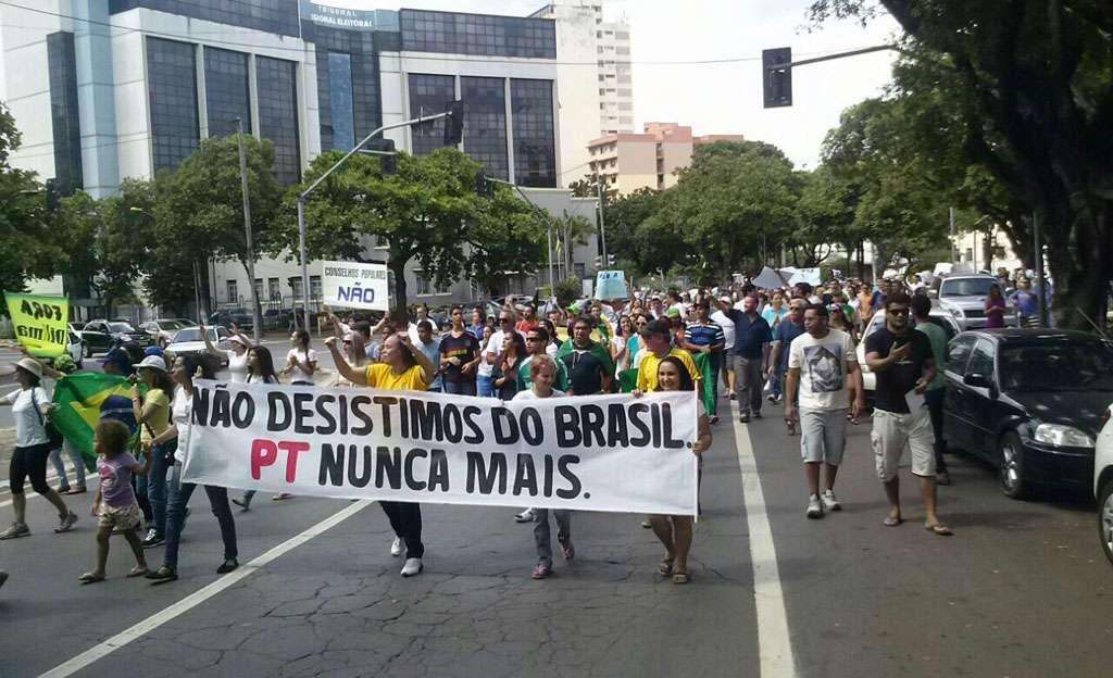 Manifestação em Goiânia pede impeachment da presidente Dilma