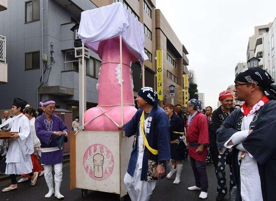 Festival de culto ao pênis atrai multidão no Japão