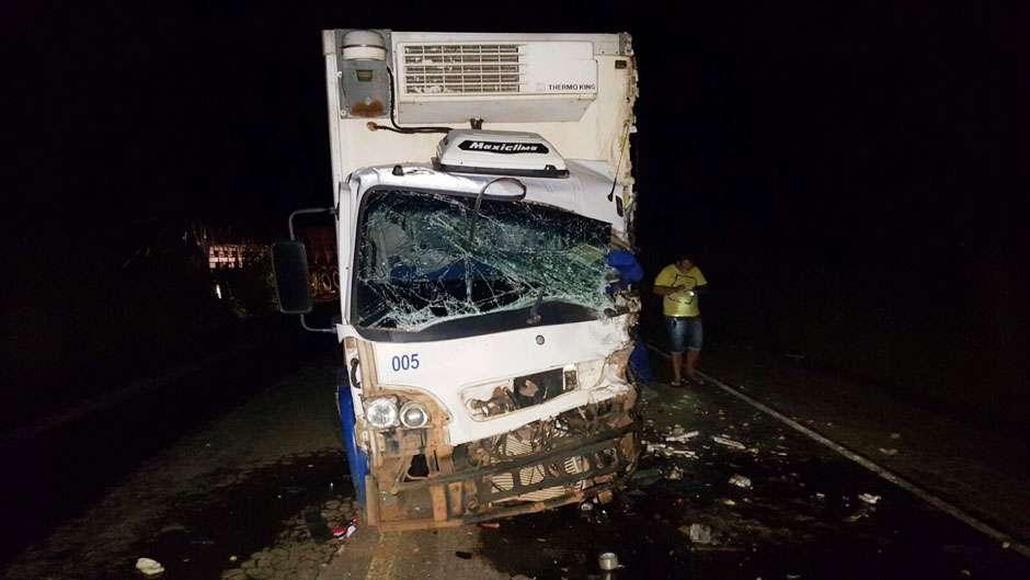 Colisão entre três veículos mata condutor de carreta