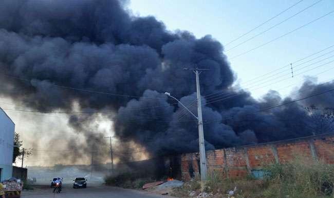 Bombeiros combatem incêndio em depósito de pneus no Parque Industrial João Braz