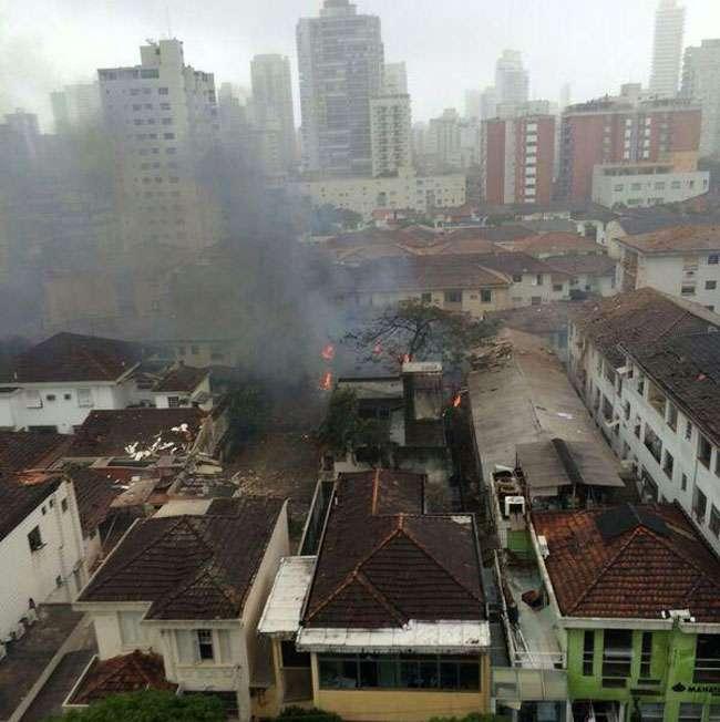 Aeronave cai em área residencial de Santos, litoral de São Paulo