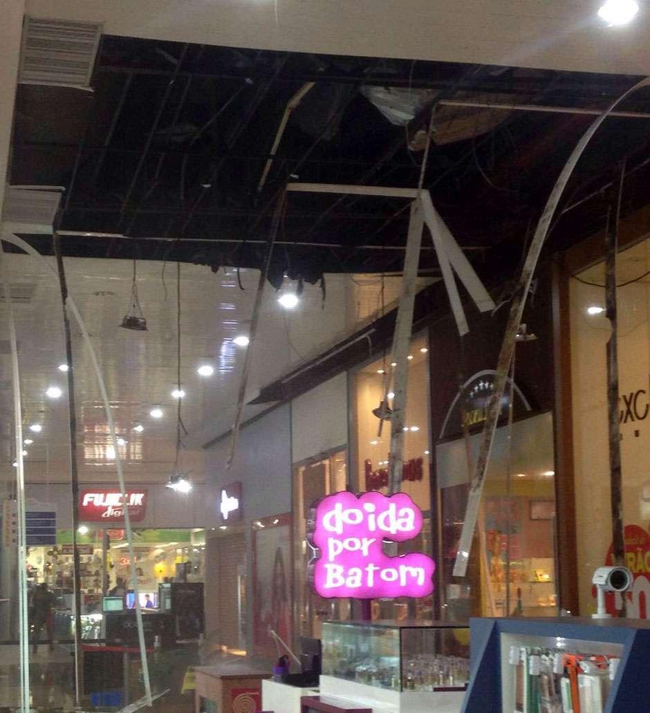 Parte de teto de shopping de Goiânia desaba com a chuva