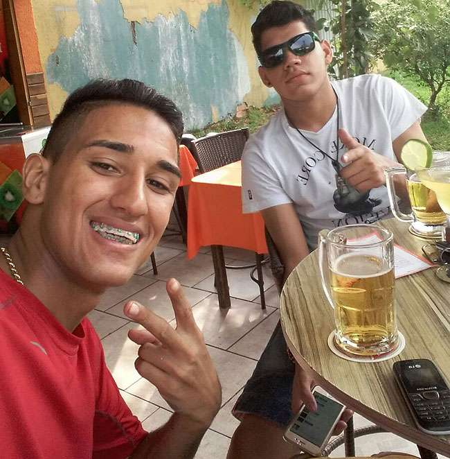 Jovens executados em bar no Conjunto Riviera postaram foto antes de serem mortos