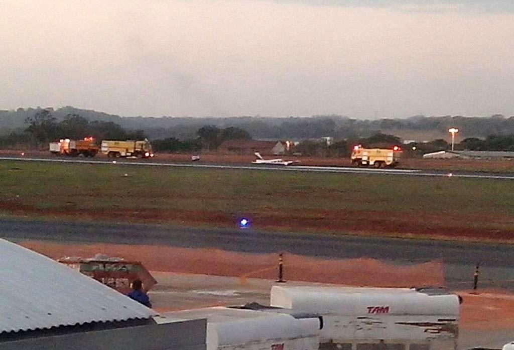 Avião de pequeno porte faz pouso forçado no aeroporto de Goiânia