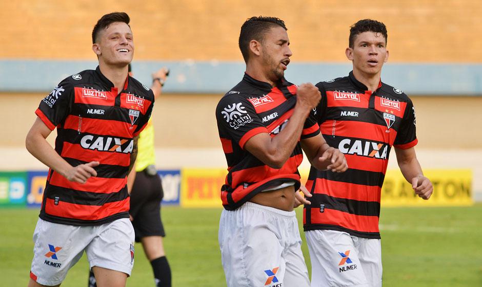 Atlético-GO bate o Paraná e segue na cola do Vasco na Série B