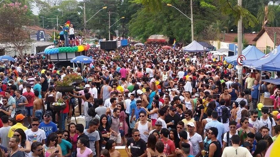 Parada LGBT reúne milhares de pessoas no Centro de Goiânia