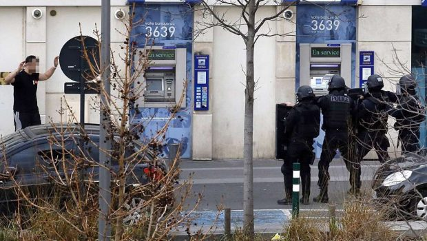 França: polícia prende homem que manteve reféns em posto dos correios