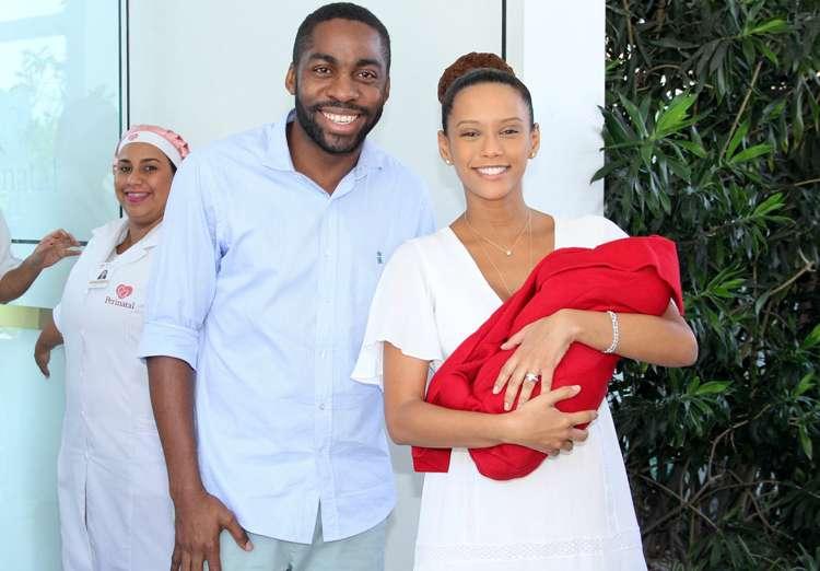 Taís Araújo deixa maternidade com filha nos braços