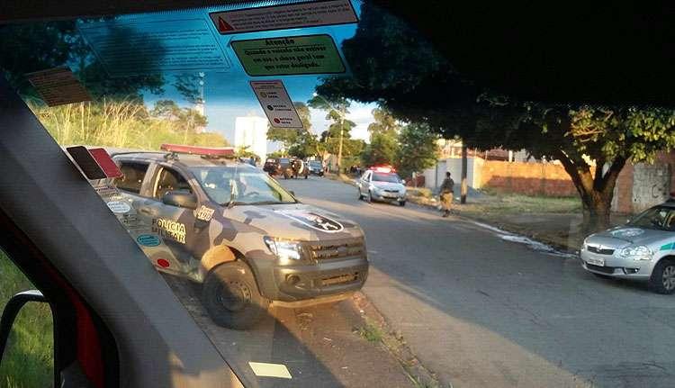 Policiais são baleados e dois bandidos são mortos após uma troca de tiros no Setor Pedro Ludovico