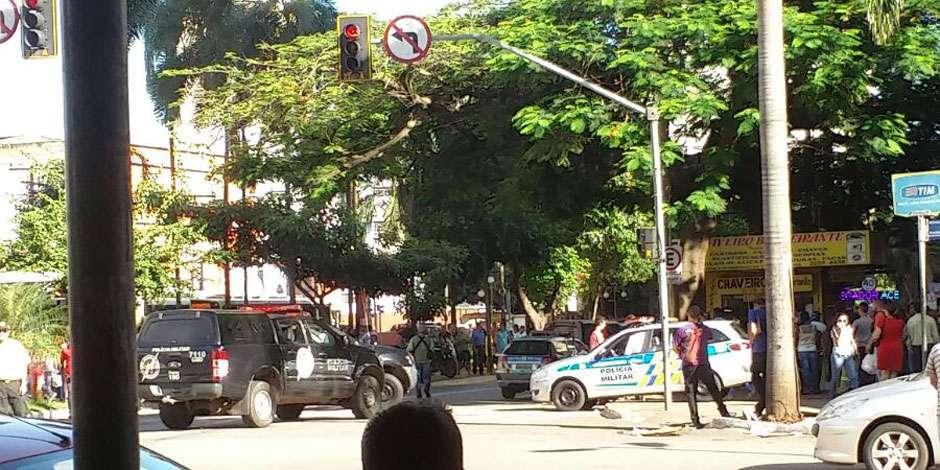 Bandidos são cercados pela polícia após tentativa de assalto no Centro de Goiânia