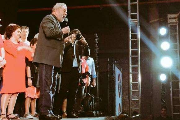 Se precisar, serei candidato a presidente em 2018, diz Lula em festa do PT