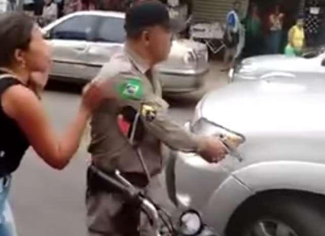 Durante fiscalização na Rua 44, PM saca arma e atira contra pneu de carro