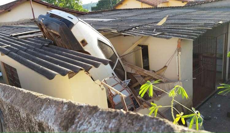 Motorista passa mal e carro vai parar em cima de casa, em Corumbá