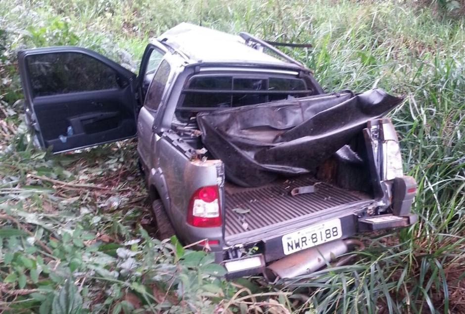 Mulher morre e um homem fica ferido após carro cair de ponte na GO-010
