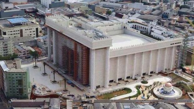 Fiel a pé não terá acesso a templo da Igreja Universal