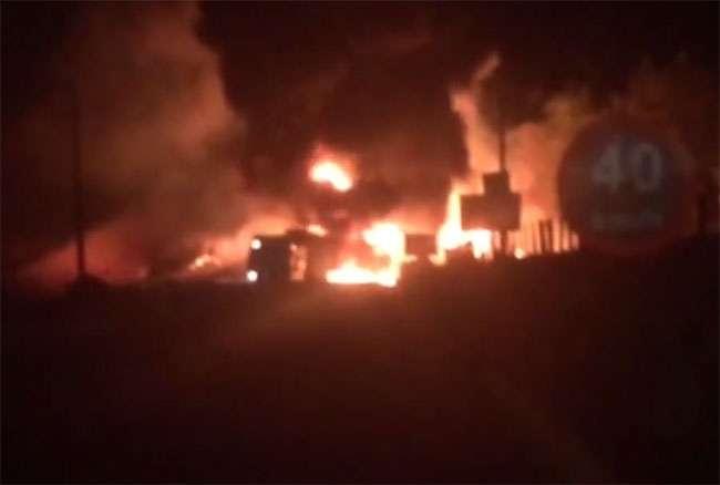 Caminhão tanque pega fogo após tombar na GO-070. Confira o vídeo