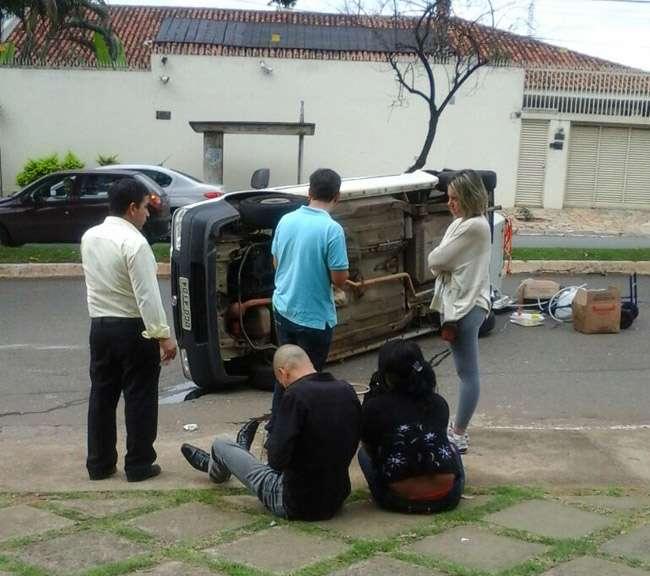 Carro capota e deixa duas pessoas feridas, no Jardim América