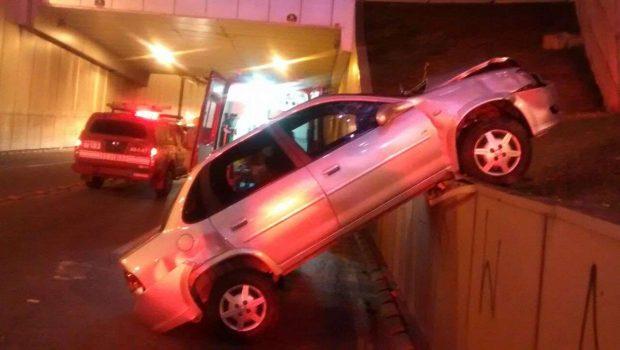 Duas pessoas ficam feridas após carro cair do viaduto da Praça do Ratinho