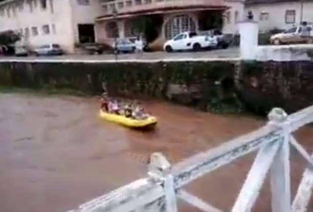 Jovens aproveitam cheia do Rio Vermelho e descem de bote inflável