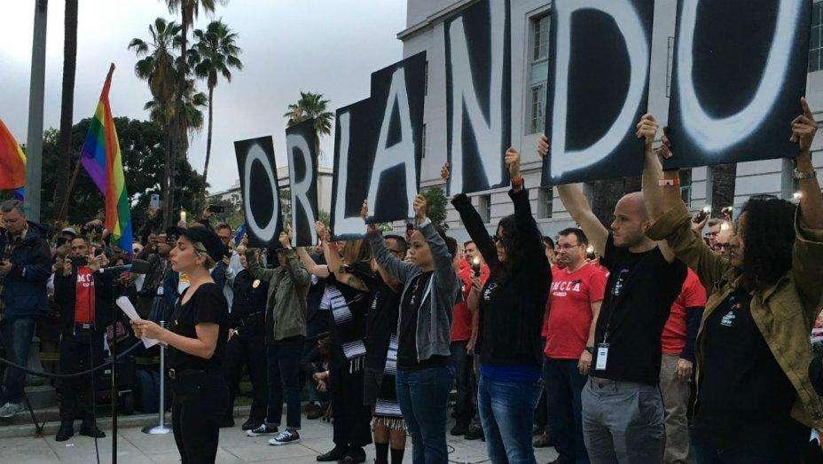 Lady Gaga lidera vigília pelas vítimas de Orlando em Los Angeles