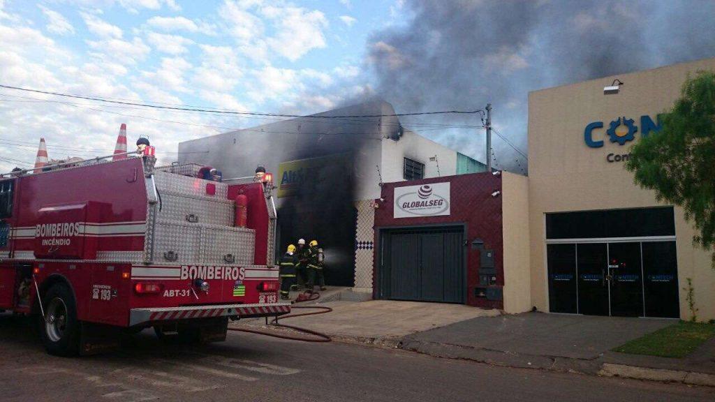 Bombeiros combatem incêndio e loja no Setor Santa Genoveva