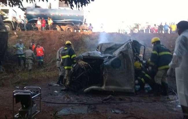 Batida frontal entre carro e carreta mata seis pessoas na GO-164