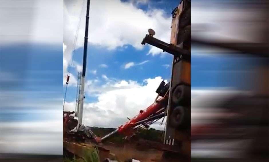Guindaste tomba ao tentar resgatar carreta acidentada na GO-174