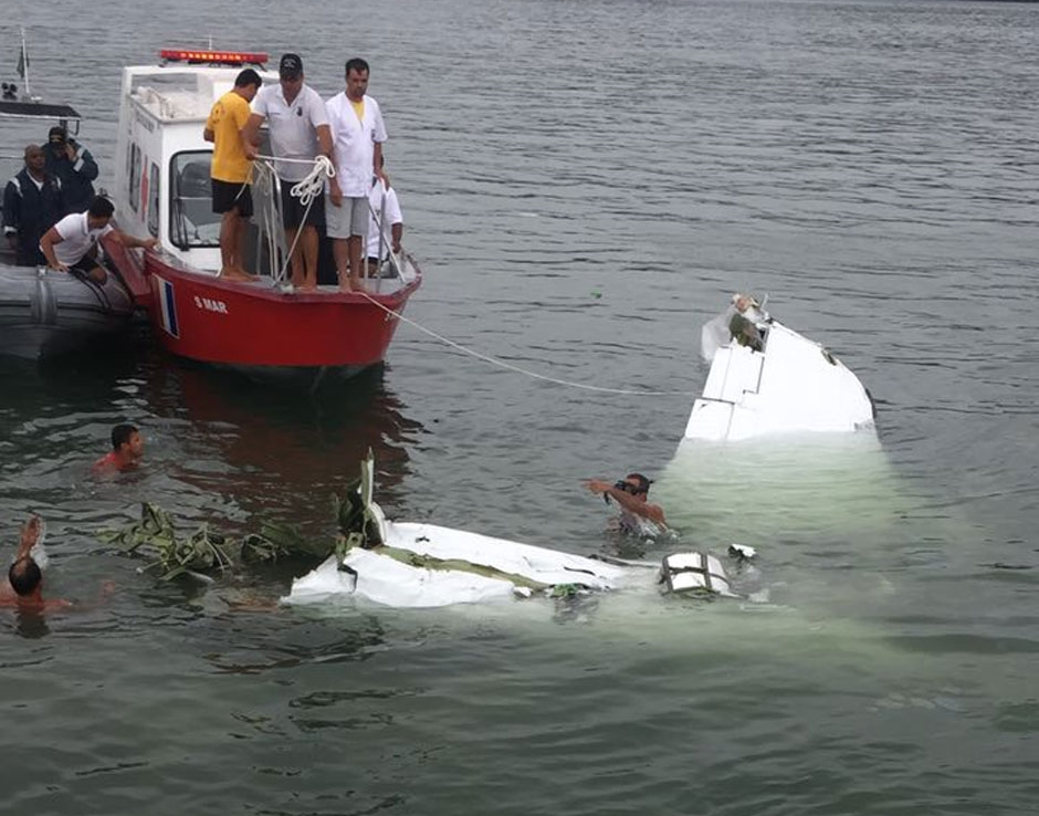 Operação para retirada de avião do mar em Paraty será retomada hoje
