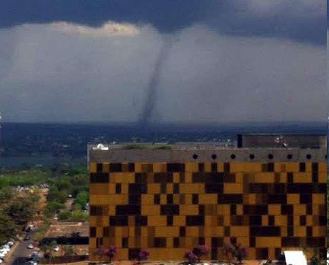 Moradores filmam tornado se formando no céu de Brasília; vários vôos foram desviados para Goiânia