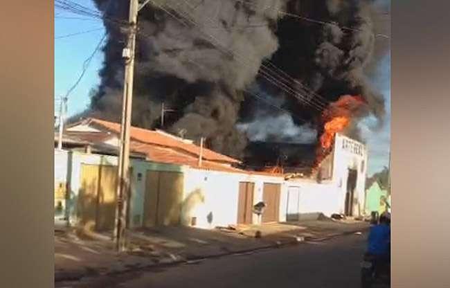 Incêndio destrói  galpão usado para recapagem de pneus, em Goiânia