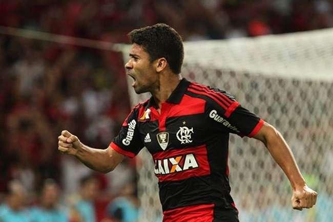 Com dores, Eduardo da Silva vira dúvida no Flamengo