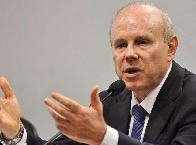 Vitória do PSDB é risco de recessão, afirma Mantega