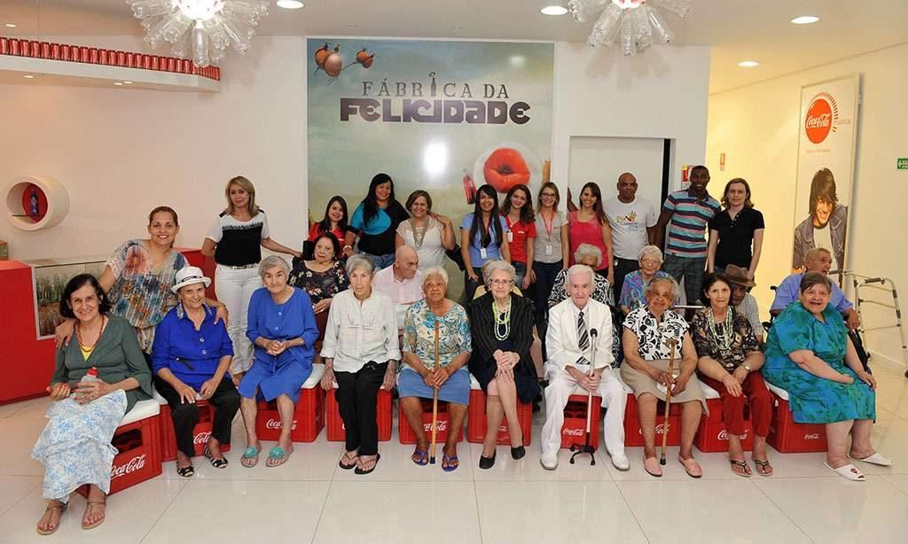 Idosos do asilo Solar Colombino visitam a fábrica da Coca-Cola