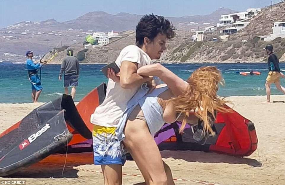 Nenhuma mulher merece isso, diz Lindsay Lohan após vídeo de agressão