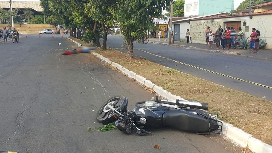 Dois homens morrem após moto bater em árvore no Jardim América