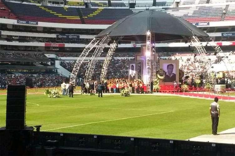 Mexicanos se despedem de Roberto Bolaños no Estádio Azteca