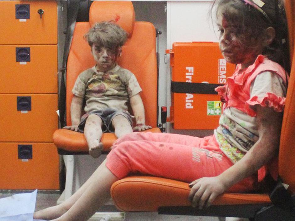 Morre irmão de garoto sírio fotografado em Aleppo