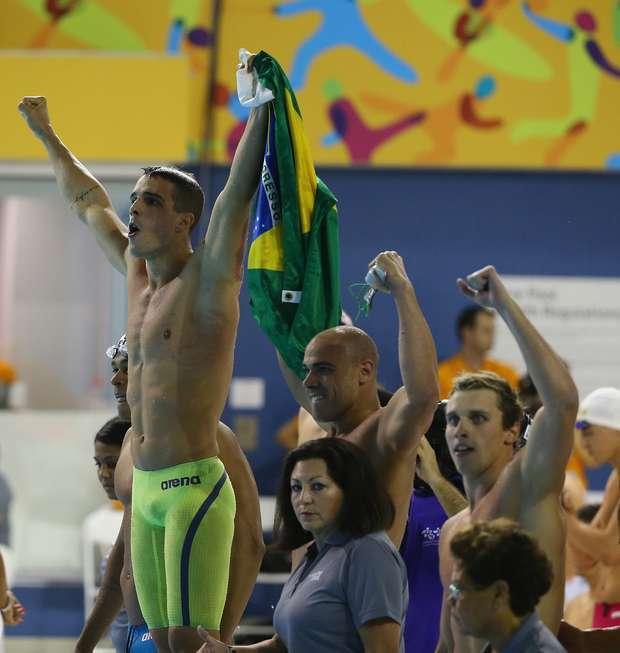 Brasil conquista dois ouros e três bronzes na natação
