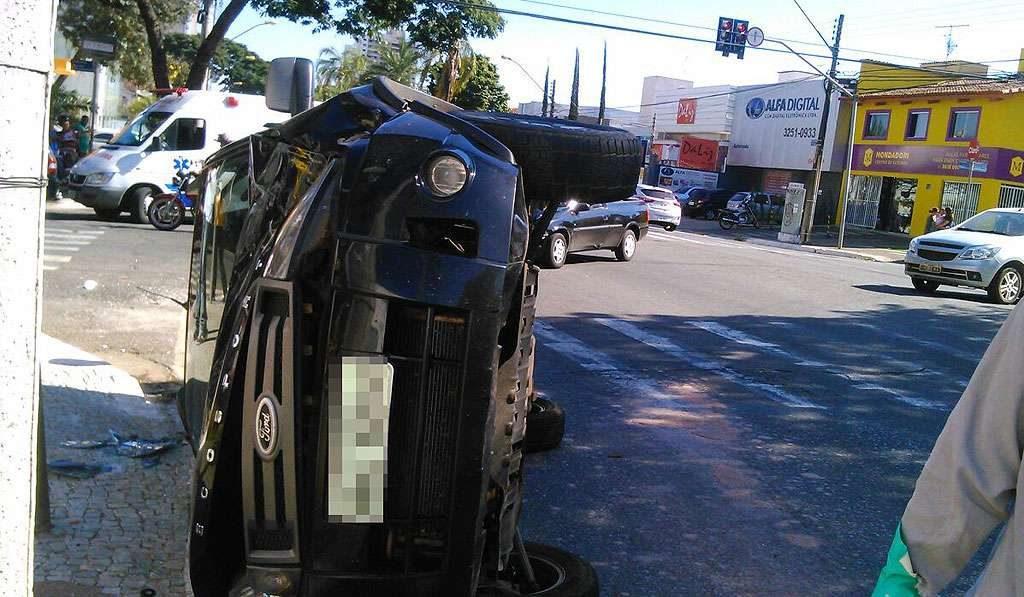 Invasão de sinal vermelho causa dois acidentes em ruas de Goiânia