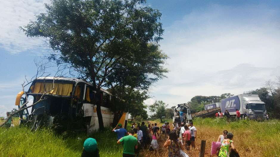 Colisão entre ônibus e caminhão na GO-156, em Palmeiras de Goiás